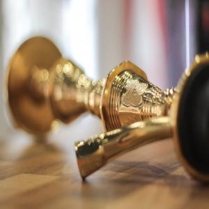 •🔥𝗙𝗔𝗥𝗜𝗗𝗔 𝗚𝗢𝗟𝗗 𝗣𝗟𝗔𝗧𝗘 𝗗.𝗞𝗮𝗮𝘀🔥  •  🍀¡HOLA CHICOS!🍀  •Os presentamos la nueva Farida gold plate d.kaas, un modelo fabricado en latón macizo con el tubo de inmersión en cobre y con unos bonitos grabados a mano en su mástil, todo una reliquia.  •  @faridahookahs  @faridahookahs  @faridahookahs